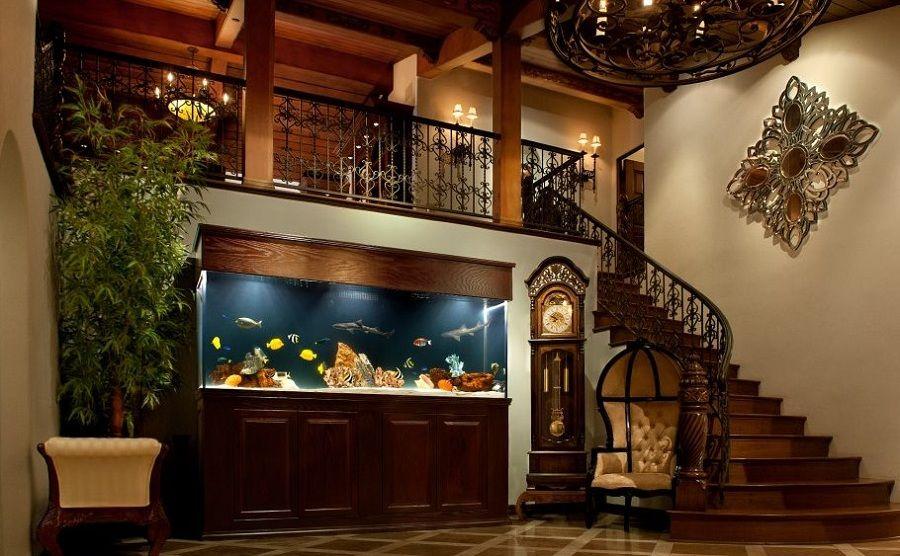 bể cá cảnh đẹp đặt ở cầu thang